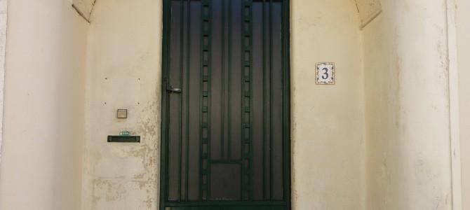 Collectionneur de portes – Coleccionista de puertas
