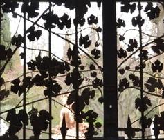 Porte de l'abbaye de Fontfroide